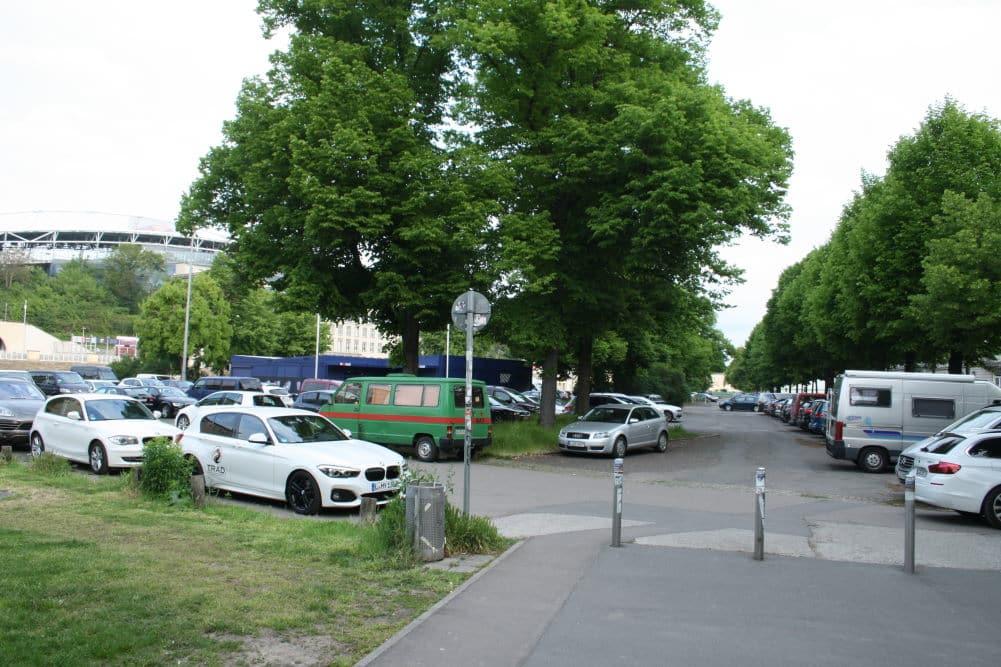 Noch dient der Stadionvorplatz vorrangig als Parkplatz. Foto: Ralf Julke