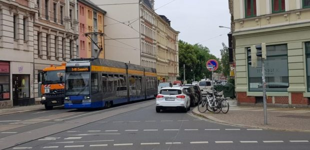 Parkverbot ignoriert an der Kreuzung Kurt-Eisner-Straße. Foto: Axel Schumann