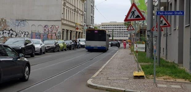 An der Paul-Gruner-Straße: die Straßenbahnschienen rücken fast an den Bordstein heran. Foto: Axel Schumann