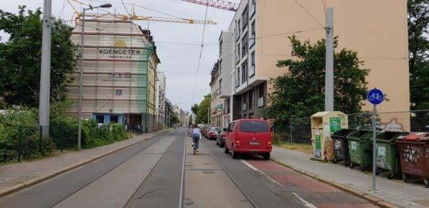 Ecke Hohe Straße, Blick stadtauswärts: Das Stück Alibi-Radweg endet unter geparkten Autos. Foto: Axel Schumann