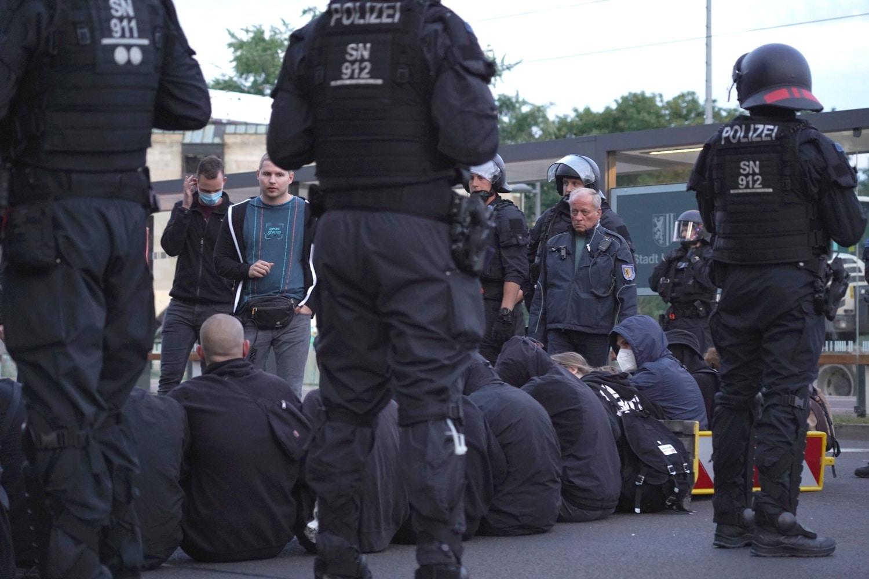 Sitzblockade gegen rechte Verschwörungsmythen. Foto: LZ
