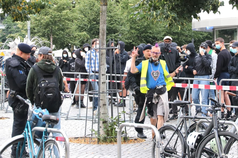 """Ein """"alternativer Medienmacher"""" und """"Gelbwestenträger"""" provozierte gleich zu Beginn den Gegenprotest und wurde von der Polizei beiseite gebeten. Foto: LZ"""