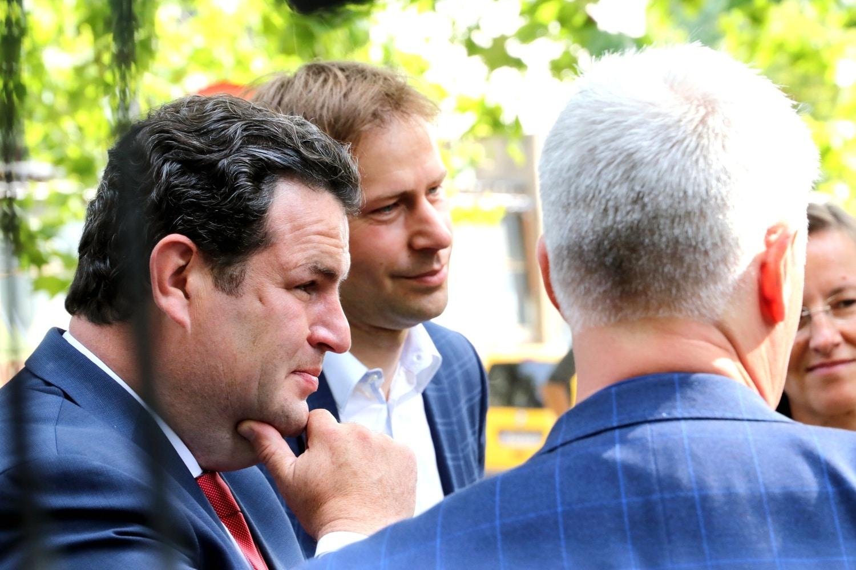 Bundesarbeitsminister Hubertus Heil (SPD) und Holger Mann (SPD, MdL) im Gespräch mit Gewerkschafterinnen am 7. August 2021 am Leipziger Volkshaus. Foto: LZ