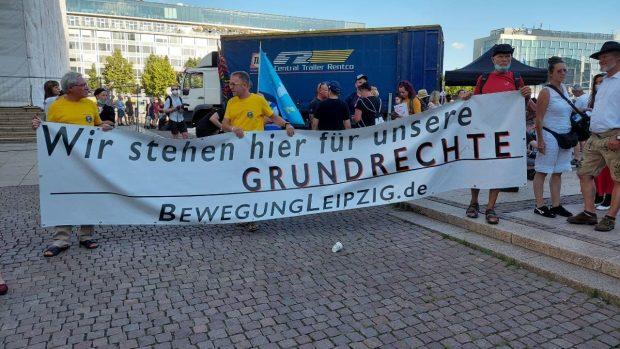 """Am Ende eine """"Querdenker""""-Demo zum Bahnhof und zurück zuk Augustusplatz (gegen 18:15 Uhr). Foto: LZ"""