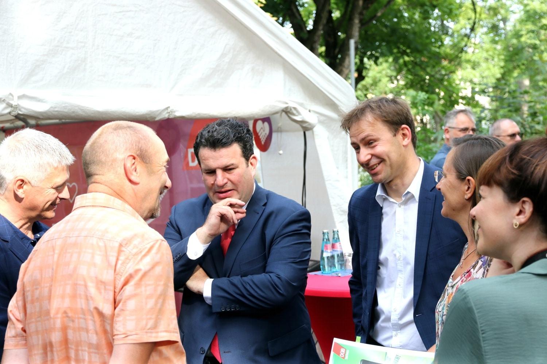 Bundesarbeitsminister Hubertus Heil und SPD-Bundestagskandidaten Holger Mann am 7. August in Leipzig im Gespräch mit DGB-Gewerkschafterin Manuela Grimm (rechts). Foto: LZ