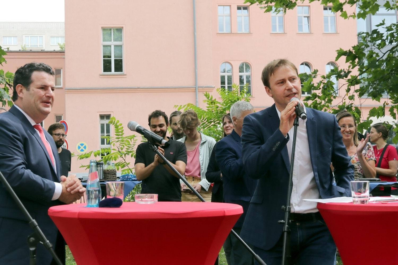 Ein ganzer Morgen Argumente für die SPD: Hubertus Heil und Holger Mann warben für die Wahl am 26. September 2021. Foto: LZ