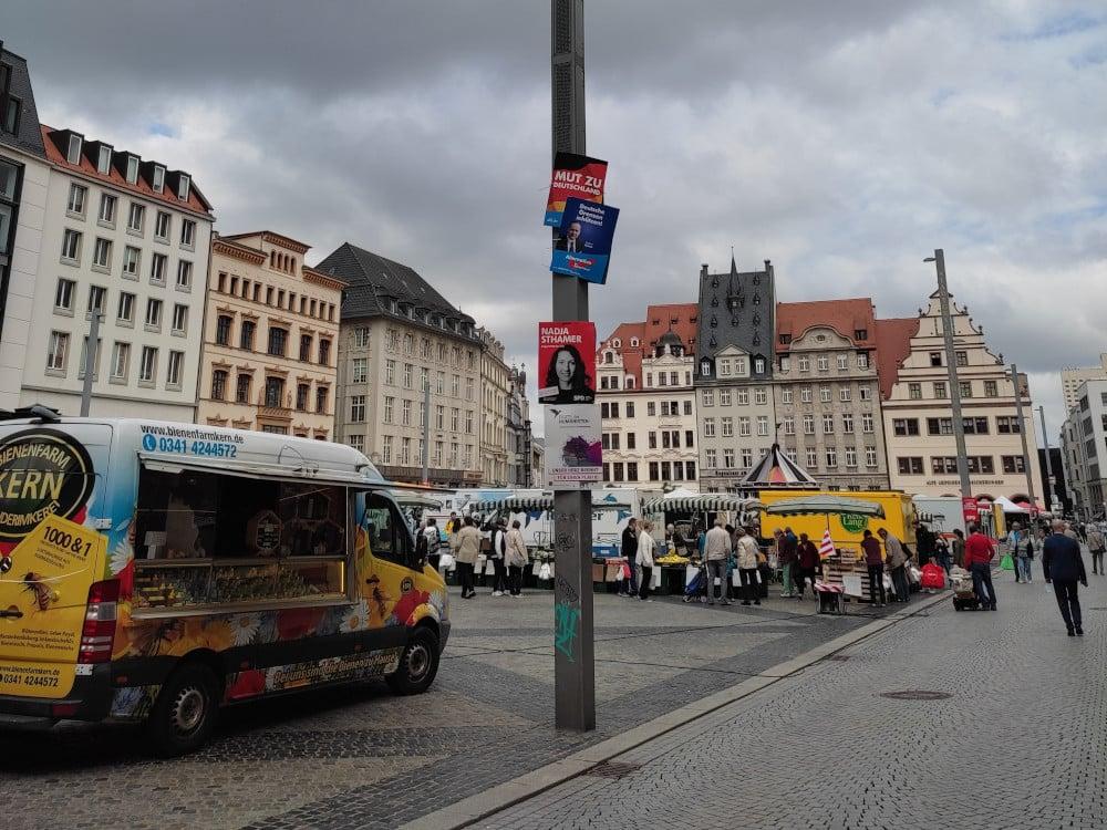 Weitgehende Normalität - und die Leipziger SPD-Bundestagskandidatin Nadja Sthamer hat gut lachen: Wochenmarkt in Leipzig am Dienstag. Foto: Lucas Böhme