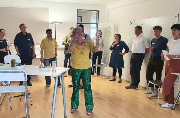 Gerlinde Vogl (Mitte) begrüßte die Gäste in den Räumen des HDS und stellte das Projekt vor. Foto: Lasch / Vogt