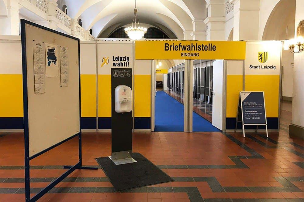 In der Wandelhalle im Neuen Rathaus können Leipziger/-innen schon vorab ihre Stimme zur Bundestagswahl abgeben. Foto: LZ