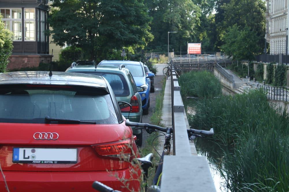 Wo ein Fußweg am Elstermühlgraben sein sollte, stehen lauter geparkte Autos. Foto: Ralf Julke