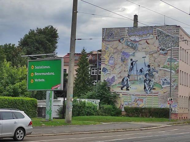 Grüner Stil, doch nicht von den Grünen: Eines der Plakate an der Georg-Schumann-Straße in Leipzig. Foto: Sebastian Beyer