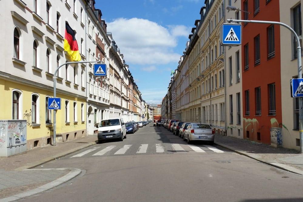 Straßen ohne Bäume - hier brütet im Sommer die Hitze, wie hier in der Gutsmuthsstraße in Lindenau. Foto: Marko Hofmann