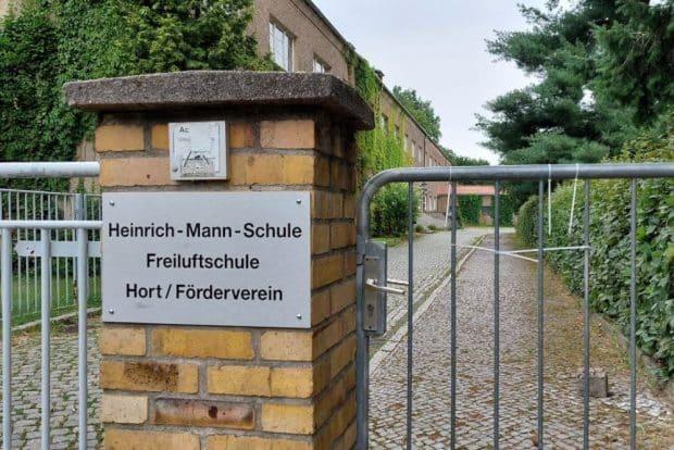 Eingang zur Heinrich-Mann-Schule in Meusdorf. Foto: LZ