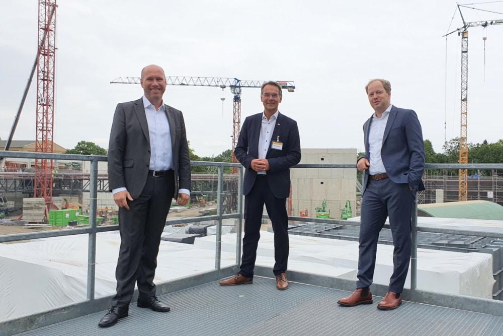 VKU-Geschäftsführer Ingbert Liebing (Mitte) beim Besuch der Leipziger HKW-Baustelle mit Karsten Rogall (links) und Projektleiter Thomas Brandenburg. Foto: Leipziger Gruppe