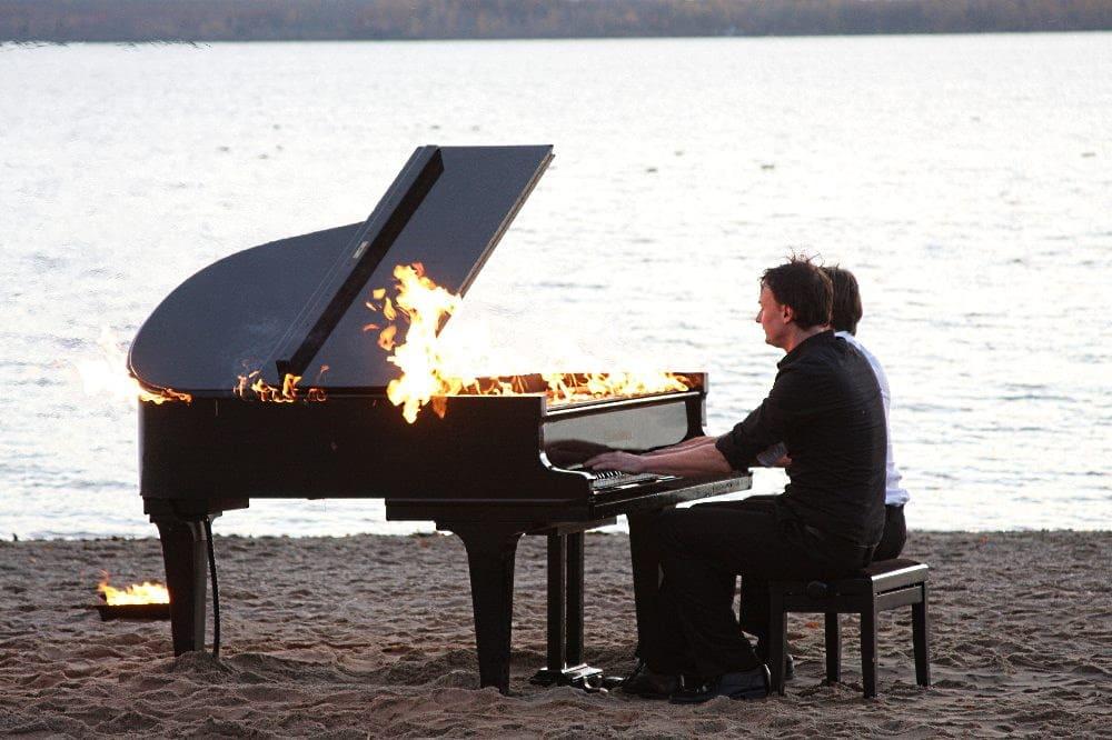 Be-Flügelt mit dem brennenden Piano im November 2020 am Cospudener See. Foto: LZ