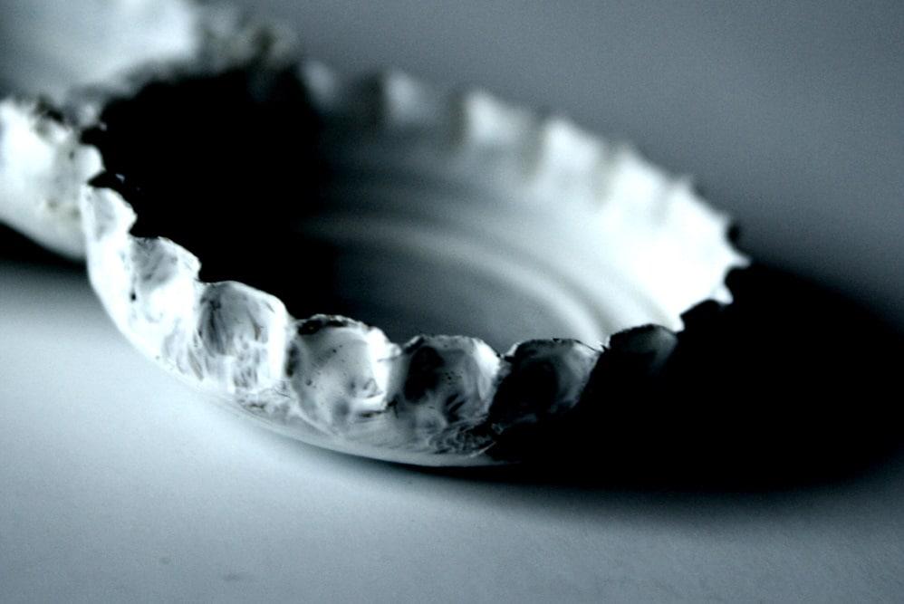 Ein Kronkorken - hier zum Kunstobjekt verwandelt. Foto: Ralf Julke