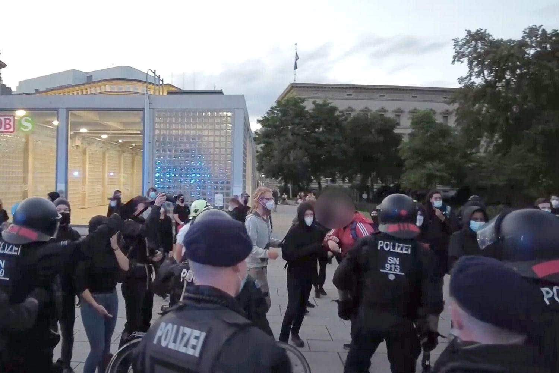 Das Ende eines Übergriffs eines Polizeibeamten am 2. August 2021. Screen Video