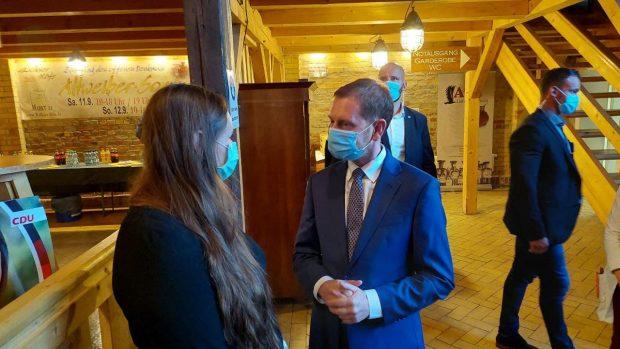 "Ministerpräsident Michael Kretschmer im Gespräch Jessica Heller in der ""Museumsscheune"" vor Beginn der Veranstaltung. Foto: LZ"