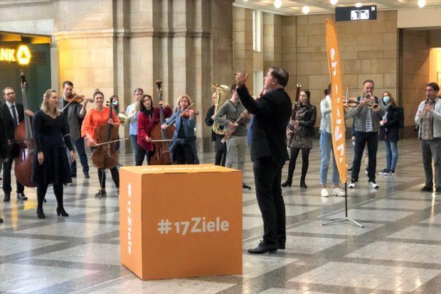 17Ziele Freude-Flash mit der Philharmonie Leipzig am 18. September im Hauptbahnhof. Foto: Engagement Global