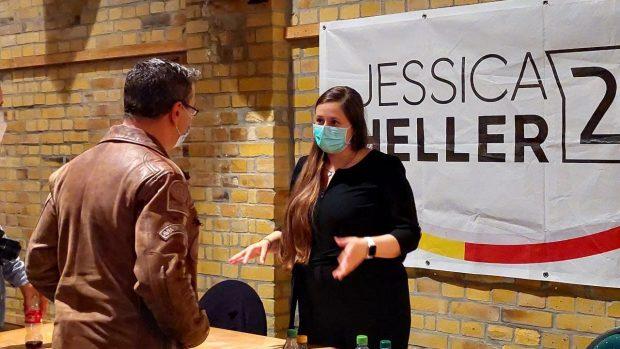 """Jessica Heller (CDU) am Indoor-Wahlkampfstand mit """"Querdenken"""" & """"Bewegung Leipzig""""-Versammlungsanmelder Nils Wehner. Foto: LZ"""