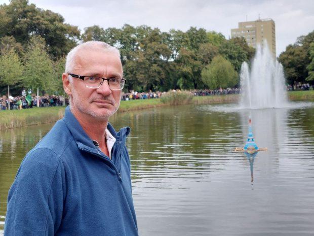 Jörg Schwulst (Parents for Future) und sein weitgereister Eiffelturm. Foto: LZ