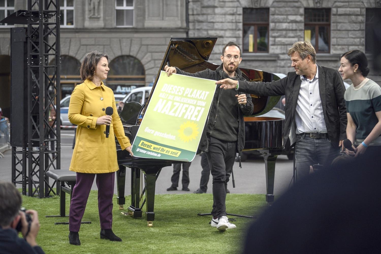 Annalena Baerbock, Igor Levit, Robert Habeck, Paula Piechotta und ein wichtiges Plakat. Foto: Tim Wagner