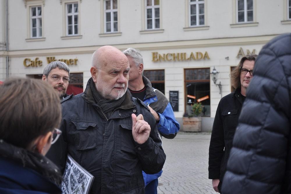 Die Aktionstage zur Zukunft des Matthäikirchhofs mit Heinz-Jürgen Böhme. Foto: Antonia Weber