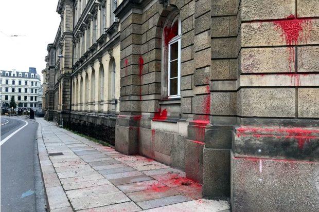 Ziel von Farbbeuteln am 18. September 2021: Die Polizeidirektion Leipzig an der Dimitroffstraße. Foto: LZ