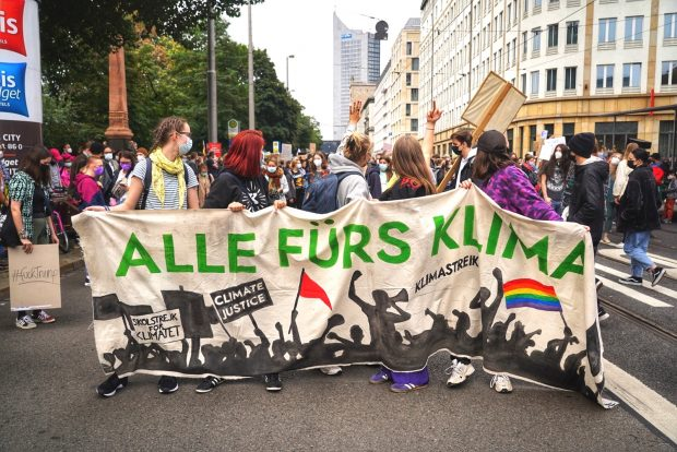 Fridays for Future Leipzig: Die Demo Richtung Clarapark nimmt Aufstellung in der Goethestraße. Foto: LZ