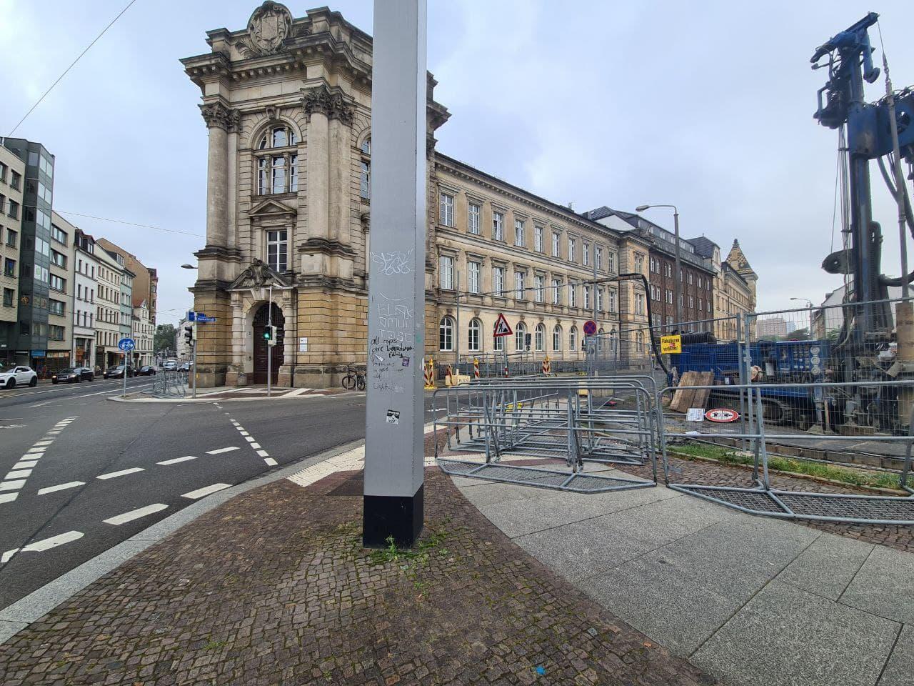 Gitter an der Dimitroffstraße - dem Polizeipräsidium Leipzigs. Foto: LZ