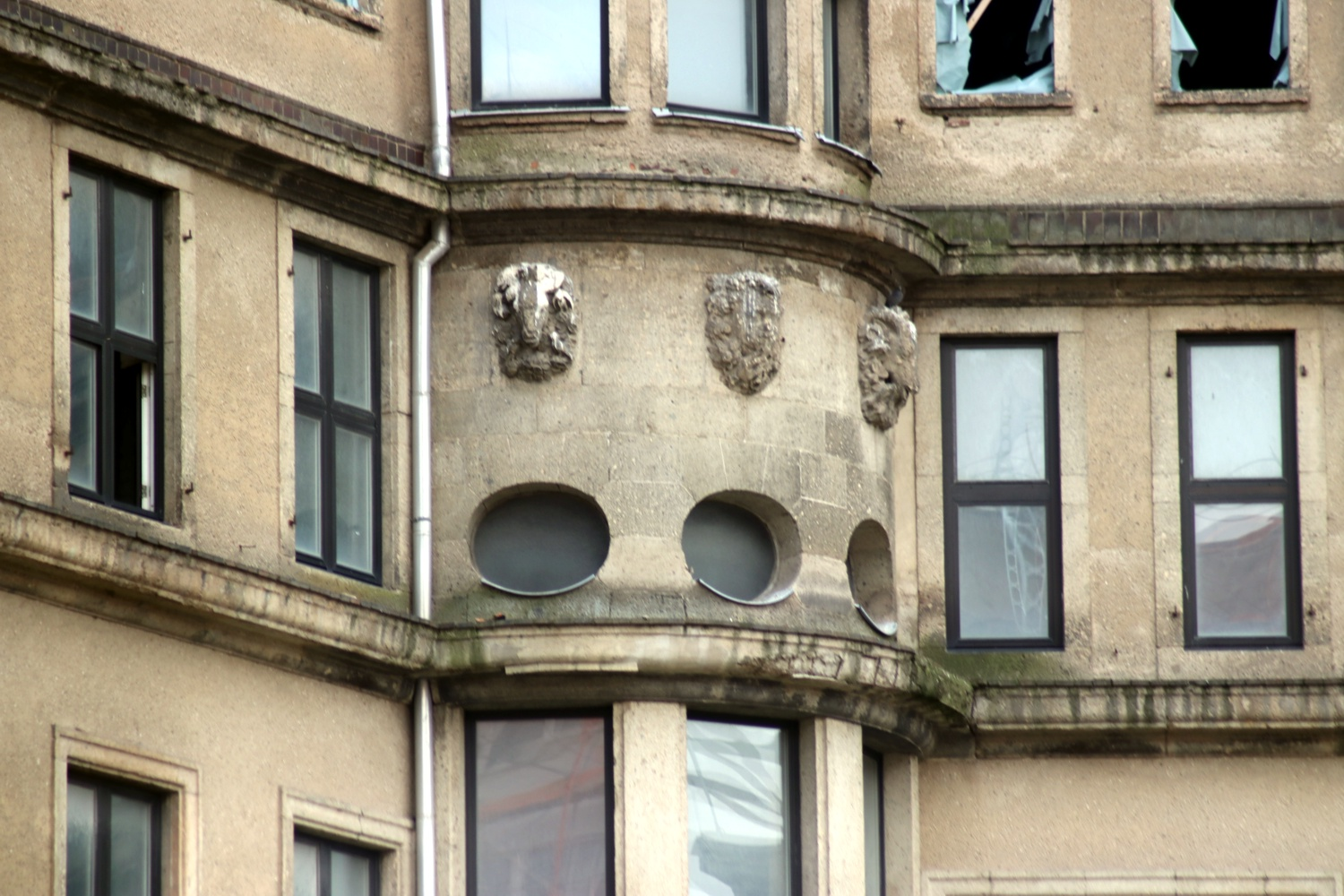 Alte Ornamente zeigen vom Regen verwaschene Löwenköpfe zum ehemaligen Innenhof hin. Foto: LZ