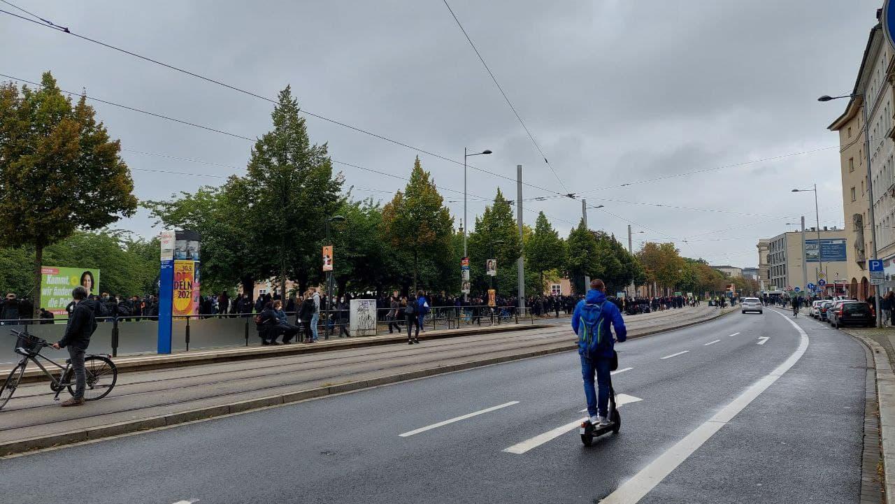 Am Johannisplatz sammeln sich immer mehr Menschen (gegen 14 Uhr). Foto: LZ