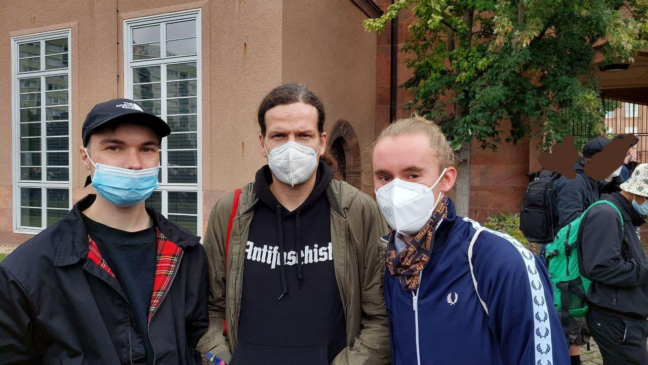 Stadtrat und Anwalt Jürgen Kasek (Mitte) und Marco Rietzschel (SPD Leipzig) sind ebenfalls vor Ort. Foto: LZ
