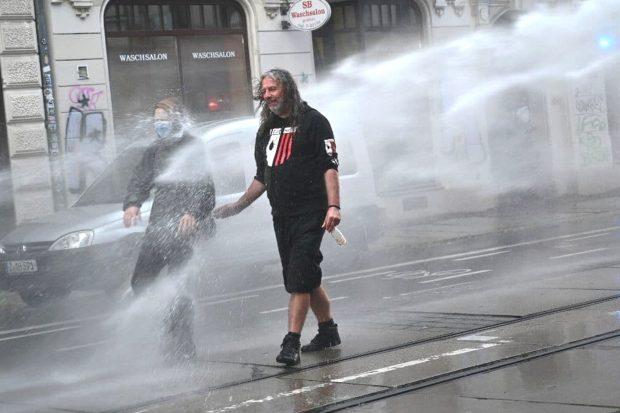 Stadtrat Thomas (Kuno) Kumbernuß (Die PARTEI) - nicht an Straftaten beteiligt, aber eine Wasserdusche gabs doch. Foto: Tim Wagner