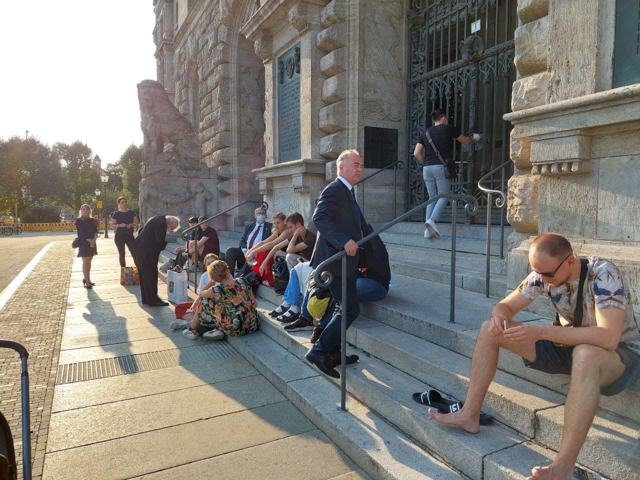 L-IZ - ne lieber nicht. Christoph Neumann (AfD) versucht ins Rathaus zu kommen. Einlass ist aber erst 17:30 Uhr. Foto: LZ