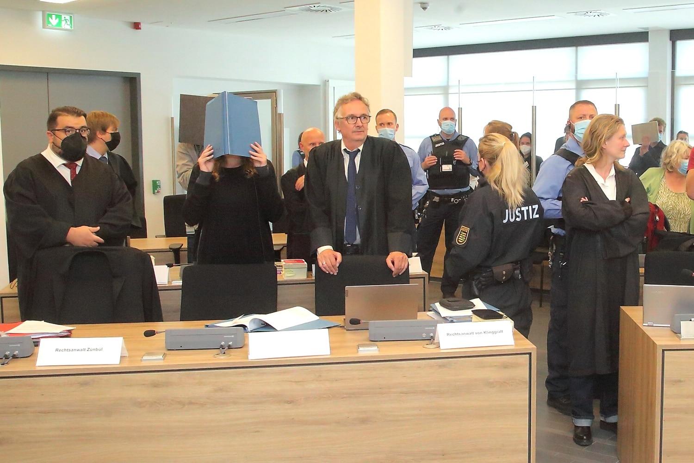 Lina E und ihre Anwälte Erkan Zünbül und Ulrich von Klinggräff. Foto: Peter Schulze