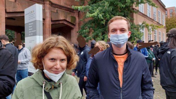 Nina Treu und Marco Böhme (Linke) am Grassimuseum / Johannisplatz am Beginn der Versammlung. Foto: LZ