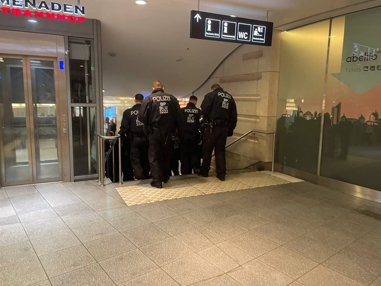 Einsatzpolizei bereits am Bahnhof. Foto: LZ