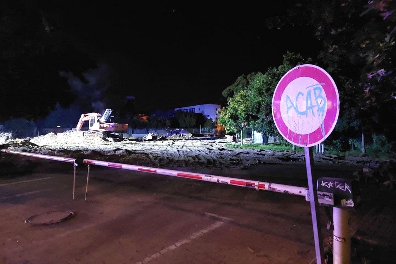 Kurz vor 23 Uhr: die letzten Rauchschwaden hängen über dem Baugerät an der Bornaischen. Foto: LZ