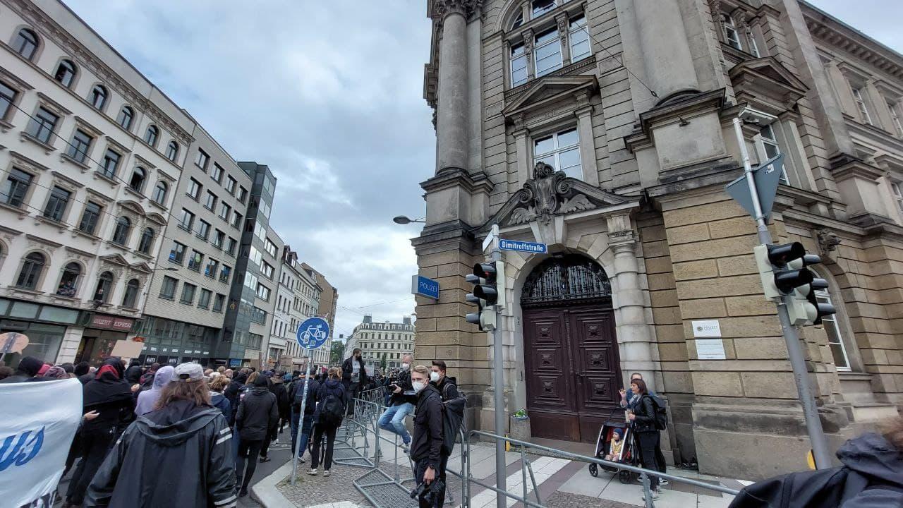 Die Demo startet um 16:25 nach der Zwischenkundgebung erneut an der Dimitroffstraße Richtung Süden. Foto: LZ