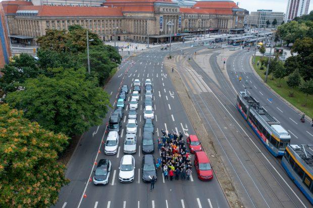 De Platzbedarf von 60 Pkw-Insassen, 60 Fußgänger/-innen und 60 Carsharing-Nutzer/-innen. Foto: Frank Lockau