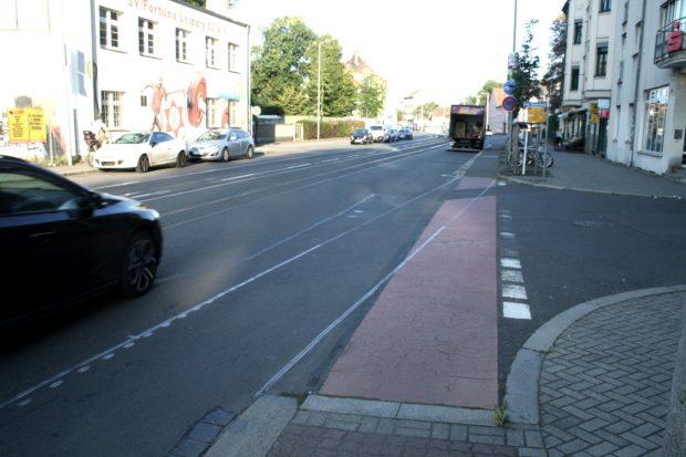 Am Bauernteich wird der Radstreifen dann wieder auf ein kurzes Stück erhöhten Radweg geführt. Foto: Ralf Julke