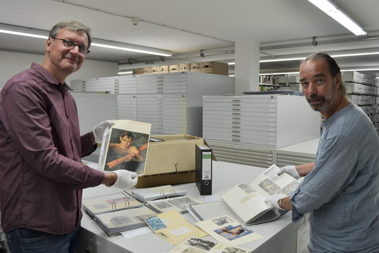 Thomas Burckhardt (links) übergibt die Autogrammsammlung seines Vaters an das Sportmuseum des Stadtgeschichtlichen Museums Leipzig. Dietmar Schulze, Mitarbeiter des Sportmuseums, (rechts im Bild) nimmt die Sammlung entgegen. Foto: SGM, Katja Etzold