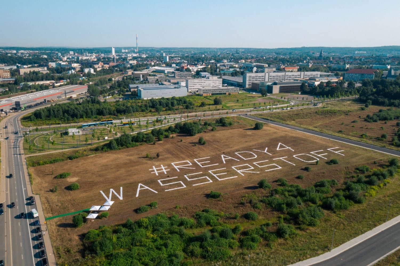 Riesige Stoffbanner auf dem künftigen Gelände des Wasserstoff-Zentrums verkünden die Botschaft: Chemnitz ist #Ready4Wasserstoff Foto: HZwo e.V. / Thomas Höppner (VideoVision)