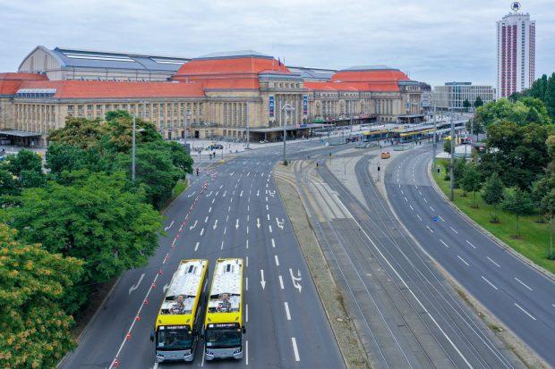 Zwei Elektrobusse der LVB schaffen locker 60 Fahrgäste mitzunehmen. Foto: Frank Lochau