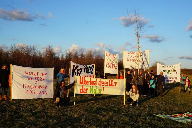 Protest gegen die Uferfverbauung bei Eiffelturmtag am Störmthaler See. Foto: Frank Beutner