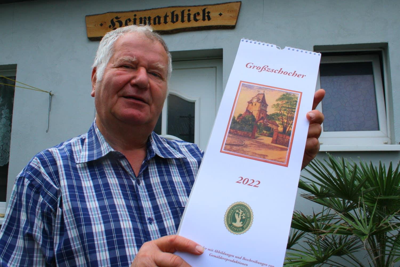 Museumsbetreiber Werner Franke mit dem neuen Kalender Großzschocher 2022. Foto: Ralf Julke