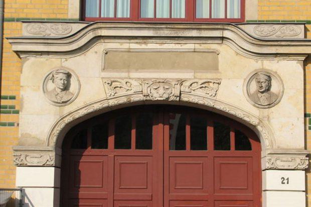 Das Portal mit den Köpfen der Gründer. Foto: Holger Zürch
