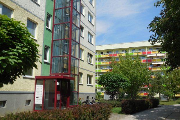 Der überwiegende Teil des Wohnungsbestands in Leipzig-Grünau ist mittlerweile saniert. Entscheidendes Qualitätsmerkmal für die Bewohner:innen ist die Verfügbarkeit eines Aufzugs. Foto: Sigrun Kabisch