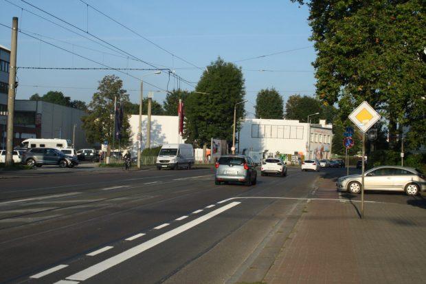 Bis zur Gutsparkstraße werden neue Stellflächen für Pkw abmarkiert. Foto: Ralf Julke